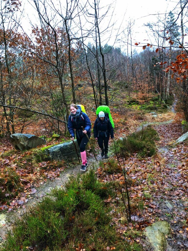 Hanne og Mathilde på stien